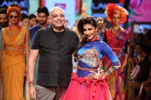 Designer-Tarun-Tahiliani-and-Showstopper-Chitrangada-Singh-at-Lakme-Fashion-Week-SR-15-300x200