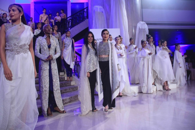 lakme-fashion-week-2015-grand-finale-kareena-kapoor-khan-sizzles-anamika-khannas-creation